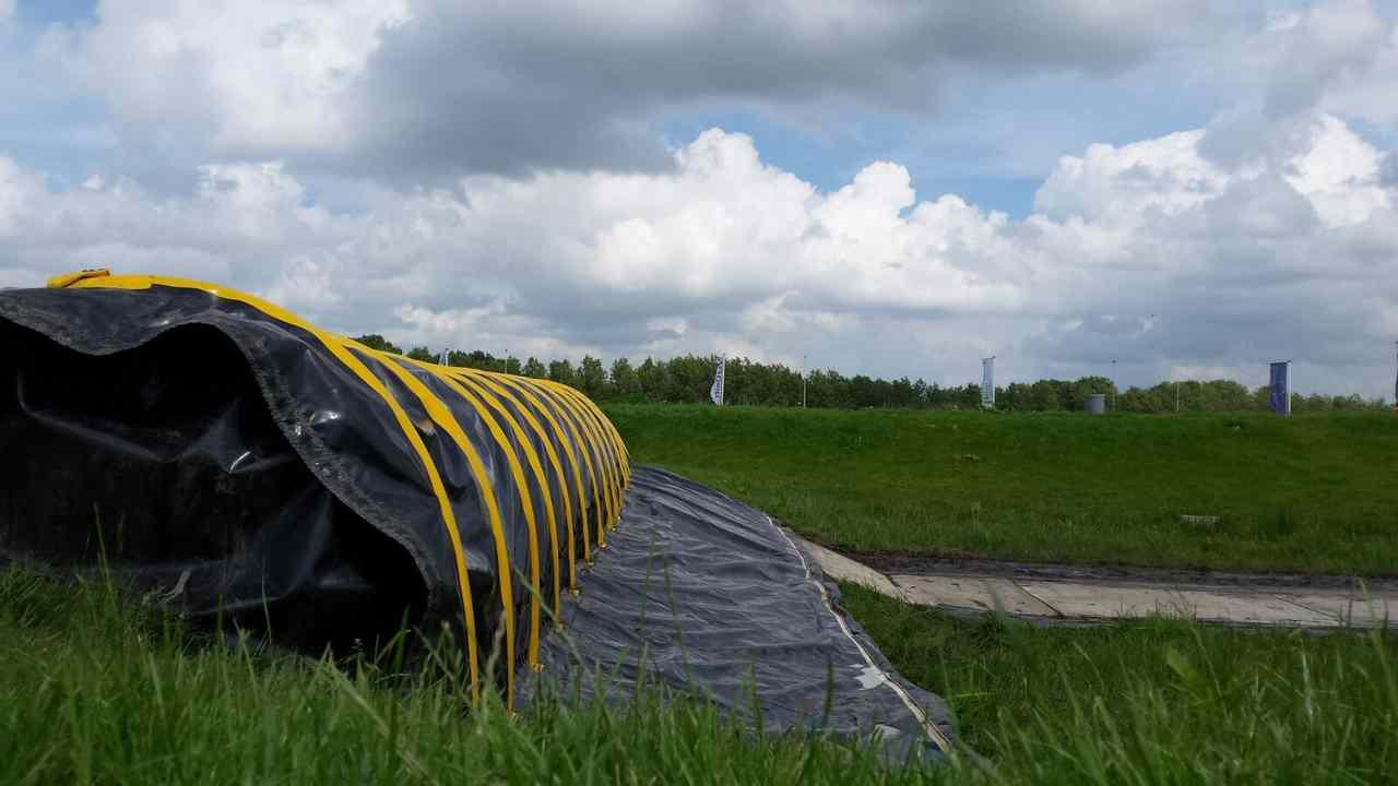 Hoe water op een dijk stoppen met een tijdelijke waterkering